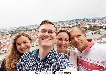 boldog, fiatal, barátok, tart, egy, selfie, fénykép, képben látható, egy, telefon, felül, egy, város, és, egy, folyó, közben, utazás