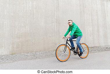 boldog, fiatal, csípőre szabott, ember, lovaglás, állandó, bekapcsol bicikli