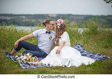 boldog, fiatal, esküvő párosít, képben látható, piknik