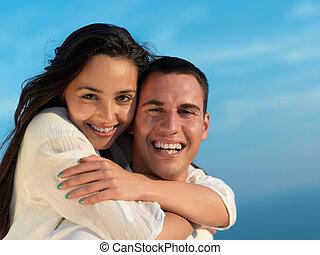 boldog, fiatal, romantikus összekapcsol, szórakozik, arelax, kipiheni magát, otthon