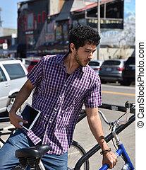 boldog, fiatalember, állvány, egy, bicikli