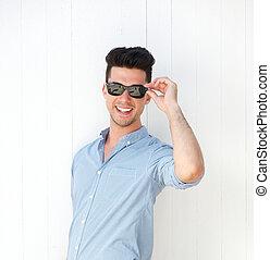 boldog, fiatalember, mosolygós, noha, napszemüveg