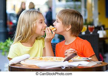 boldog, gyerekek, bent, eszik pizza, mosolygós