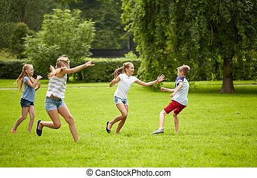boldog, gyerekek, futás, és, játék játék, szabadban