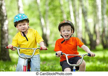 boldog, gyerekek, képben látható, bicikli, alatt, zöld dísztér