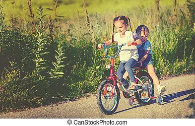 boldog, gyerekek, lánytestvér, leány, biciklista, elnyomott bicikli