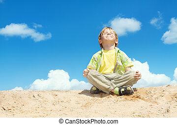 boldog, gyermek, ül lotus helyzet, felett, bllue, ég, képben...