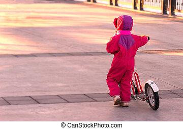 boldog, gyermek, lovaglás, egy, bike.