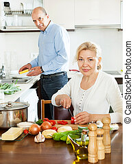 boldog, házas, megfontolt összekapcsol, főzés, együtt, alatt, konyha