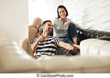 boldog, hispanic párosít, használ, smartphones, képben látható, dívány, otthon