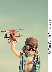 boldog, kölyök, játék, noha, apró repülőgép