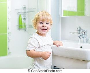 boldog, kölyök, mosás, alatt, fürdőszoba