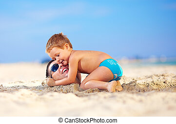 boldog, kölyök, szelíden, ölelgetés, atya, fő homok, a...