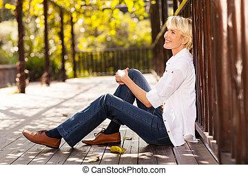 boldog, középső, életkor, woman ül, szabadban