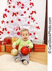 boldog, kicsi fiú, noha, nagy, karácsonyi díszek