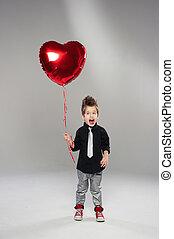 boldog, kicsi, fiú, noha, piros szív, balloon, képben látható, egy, fény, háttér