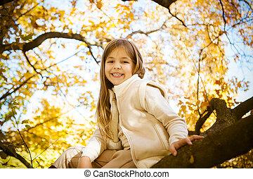 boldog, kicsi lány, ülés, képben látható, egy, fatörzs