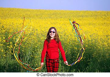 boldog, kicsi lány, játék, képben látható, mező, nyár, évad