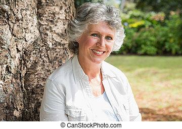 boldog, megfontolt woman, ülés, képben látható, fatörzs