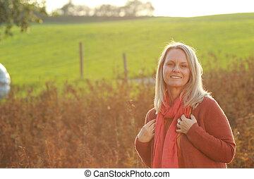 boldog, megfontolt woman, őt élvez, szabad activities,...