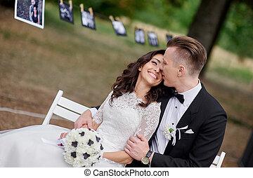 boldog, menyasszony inas, ül bíróság, a parkban