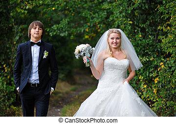boldog, menyasszony inas, -ban, egy, esküvő, alatt, a, nyár, szabadban