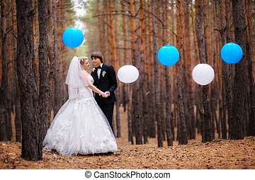 boldog, menyasszony inas, gyalogló, alatt, a, ősz erdő