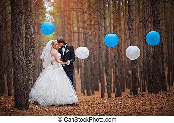 boldog, menyasszony inas, gyalogló, alatt, a, erdő