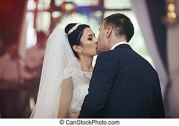 boldog, newlywed, összekapcsol táncol, és, csókolózás, -ban, esküvő fogadás, closeup