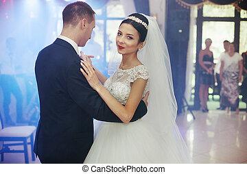 boldog, newlywed, összekapcsol táncol, -ban, esküvő fogadás, closeup