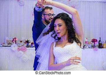 boldog, newlywed, párosít, having móka, közben, -eik, először, táncol, -ban, esküvő fogadás