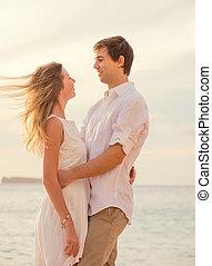 boldog, romantikus összekapcsol, a parton, -ban, napnyugta, átkarolás, mindegyik, más., bábu woman, szerelemben, őrzés, a, nap letesz, bele, óceán