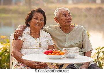 boldog, senior összekapcsol, ülés, szabadban