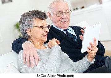 boldog, senior összekapcsol, noha, tabletta pc, számítógép, otthon