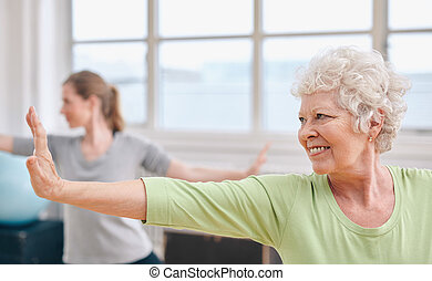 boldog, senior woman, gyakorló, jóga, -ban, tornaterem, class.