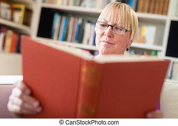 boldog, senior woman, noha, szemüveg, olvasókönyv, otthon