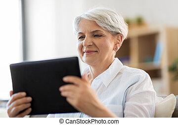 boldog, senior woman, noha, tabletta pc, otthon