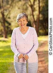 boldog, senior woman, szabadban, alatt, erdő
