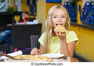 boldog, szőke, leány, bent, eszik pizza, mosolygós