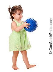 boldog, totyogó kisgyerek, leány, noha, labda