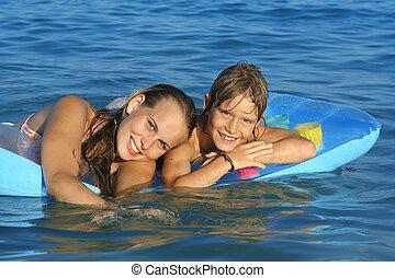 boldog, young család, és, gyermekek játék, alatt, tenger