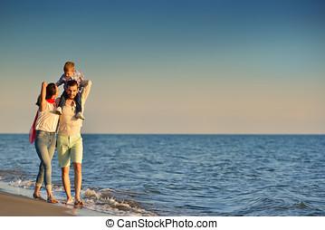boldog, young család, szórakozik, képben látható, tengerpart, futás, és, ugrás, -ban, napnyugta