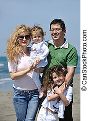 boldog, young család, szórakozik, képben látható, tengerpart