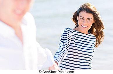 boldog, young párosít, képben látható, tengerpart