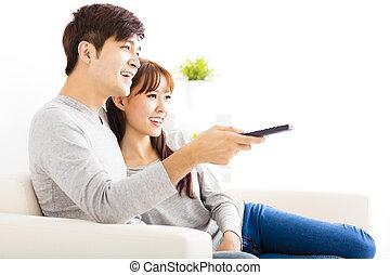 boldog, young párosít, karóra televízió, alatt, nappali