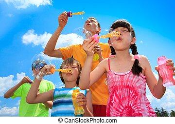 bolhas, soprando, crianças