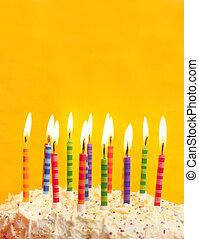 bolo aniversário, ligado, fundo amarelo