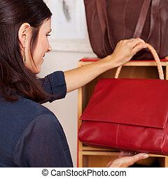 bolsa, mulher, loja, segurando, vermelho