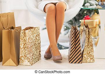 bolsas, compras de mujer, árbol, primer plano, frente, ...