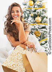 bolsas, compras de mujer, sentado, árbol, joven, retrato, ...